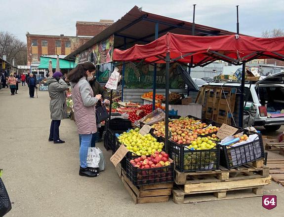 В Саратове горел ангар на рынке «Привоз»