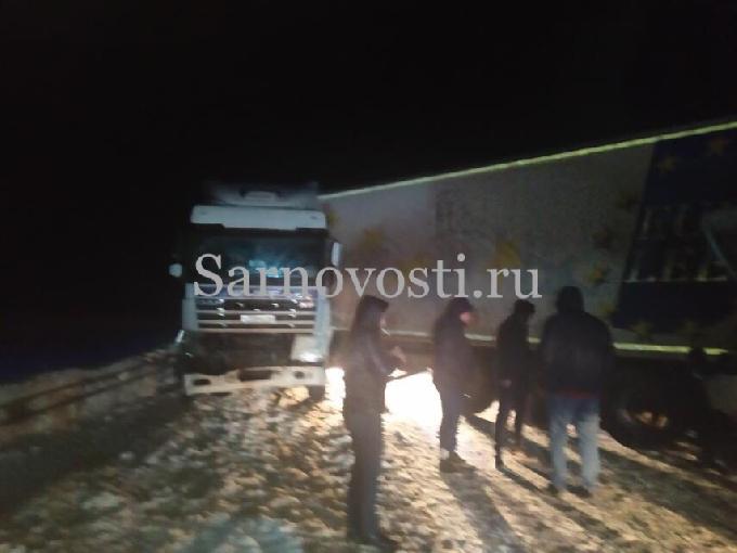 Массовая авария блокировала движение на трассе под Саратовом