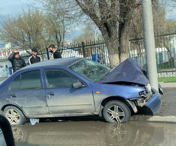 В Саратове водитель иномарки протаранил столб и сбежал с места ДТП