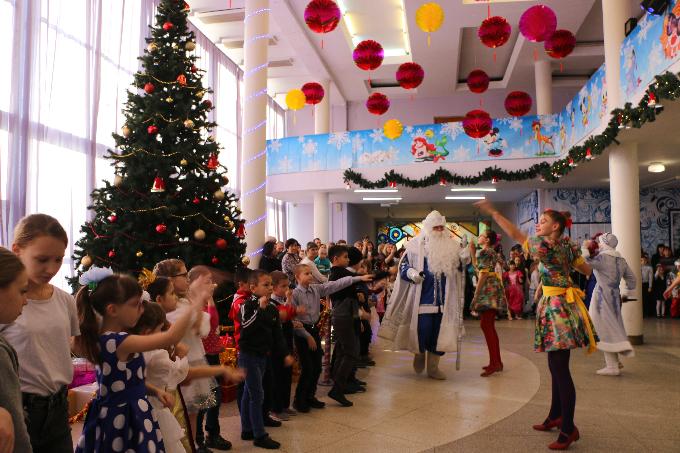 В Энгельсе 500 ребят из многодетных семей получат к Новому году «теплые подарки»