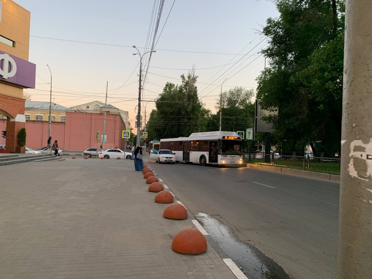 ДТП с автобусом у «Триумф Молла» блокировало движение из центра Саратова