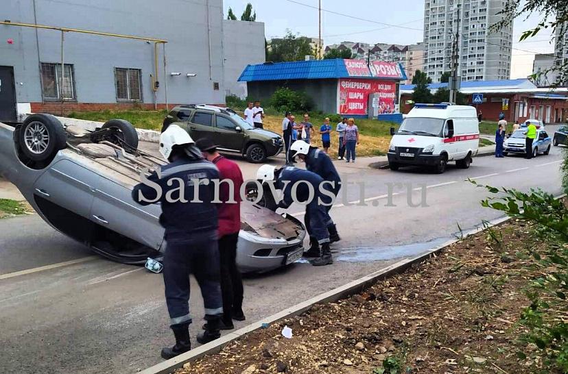 В Саратове пьяный водитель опрокинул иномарку на крышу