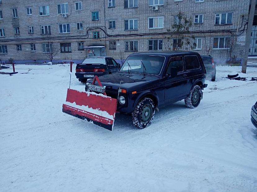 Саратовский водитель на «Ниве» с ковшом чистит улицы от снега