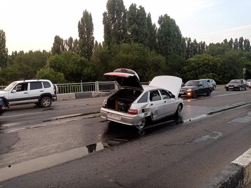 В Саратове водитель легковушки получил травму головы в аварии на мосту