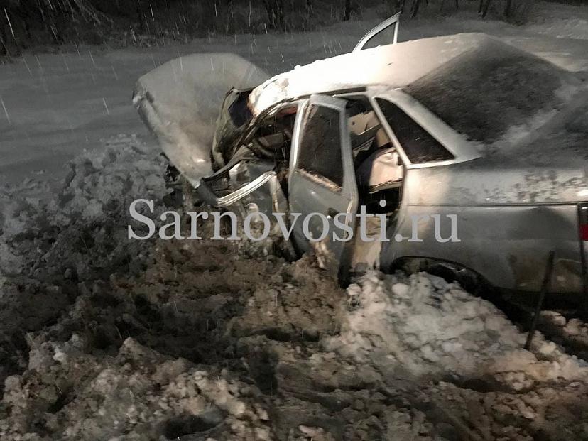 В Саратове легковушку унесло в сугроб от удара грузовика