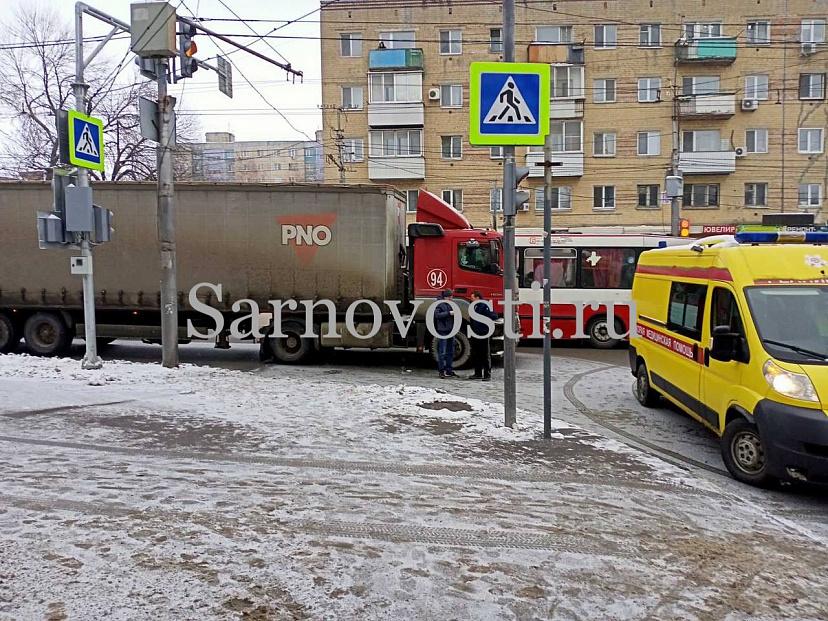 В Саратове молодую женщину сбил грузовик