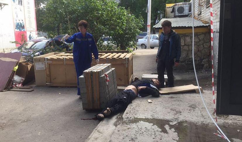 В Саратове с 9-этажки сорвался мужчина